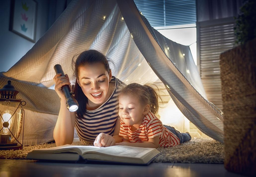 Εξωσχολικές Δραστηριότητες - Μαμά με κόρη διαβάζουν